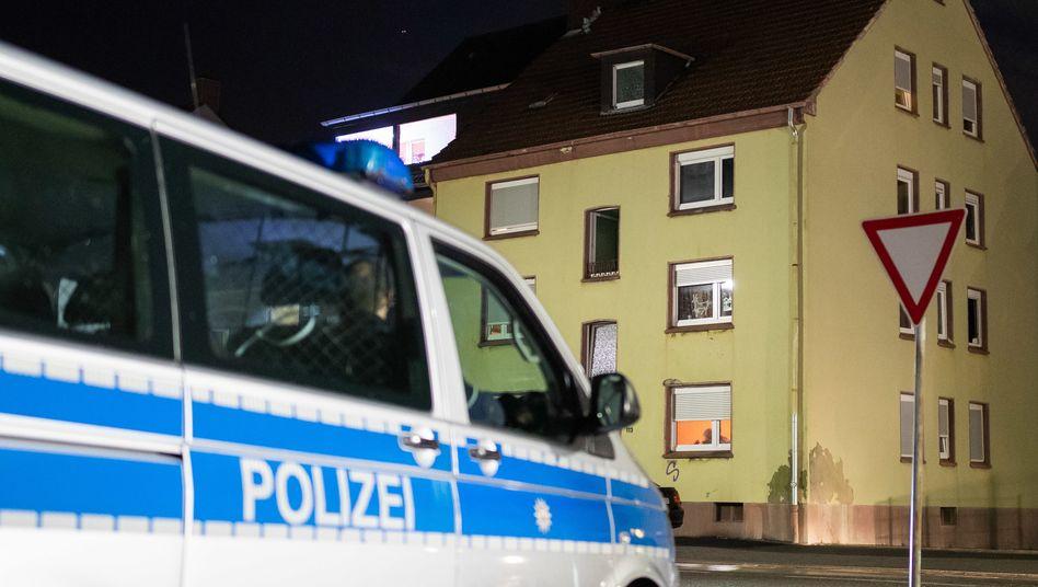 Ein Fahrzeug der Spurensicherung parkt im Dezember vor dem Mehrfamilienhaus in Recklinghausen (Archivbild)