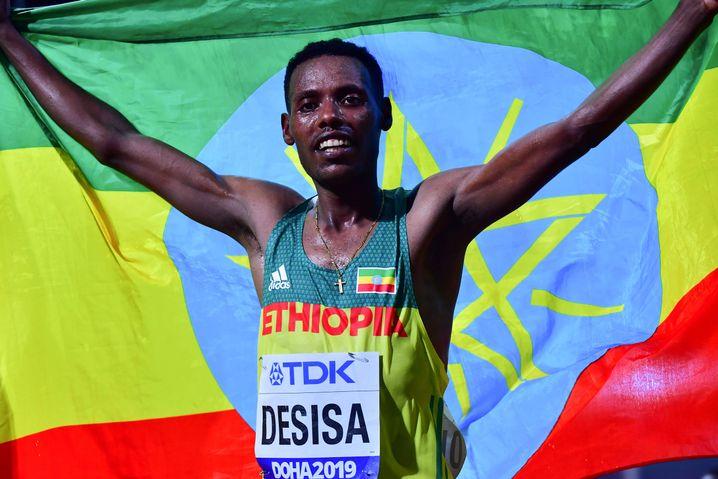 Lelisa Desisa feiert Gold: Nach 2 Stunden, 10 Minuten und 40 Sekunden kam er als Sieger ins Ziel