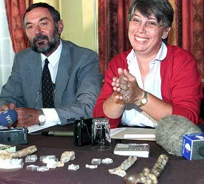 Präsentation der fossilen Überreste des Millennium- Menschen am 4. Dezember 2000 in Nairobi