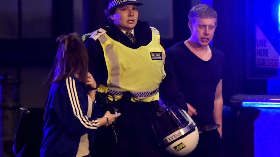Polizistin und Londoner Bürger auf der London Bridge