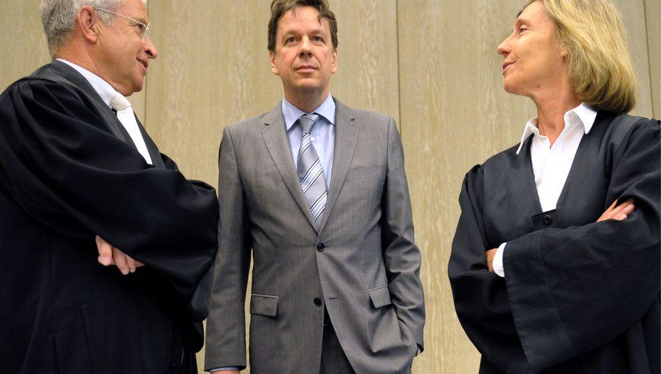 Jörg Kachelmann (M.) mit Anwälten: Der letzte Gutachter hat ausgesagt