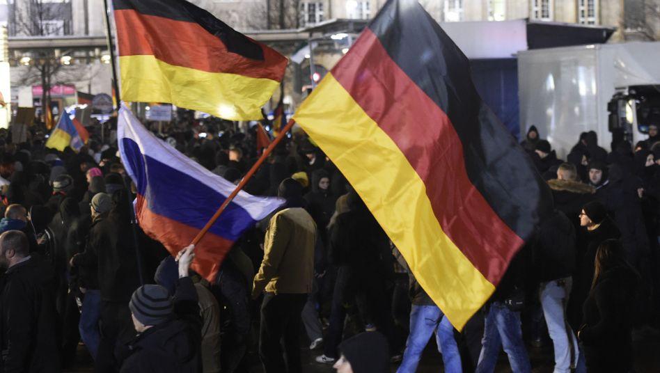 Russische und deutsche Fahnen bei Legida-Demo in Leipzig: Moskau hält engen Kontakt zu Europas Rechtspopulisten