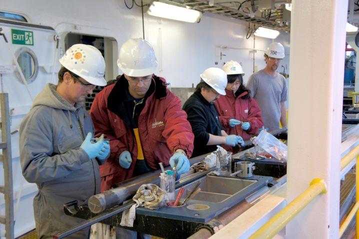 """Forscher arbeiten auf der """"Joides Resolution"""" an Bohrproben aus dem Pazifiksediment"""
