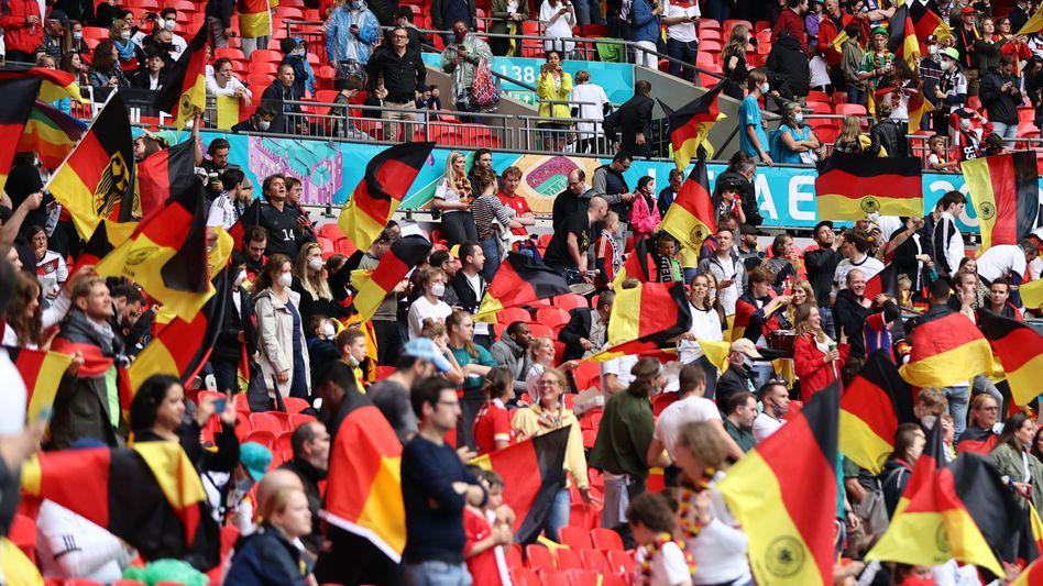 Fans der deutschen Nationalmannschaft im Wembleystadion