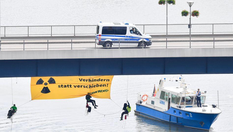 Transport auf dem Neckar: Atomkraftgegner stoppen Castor-Schiff