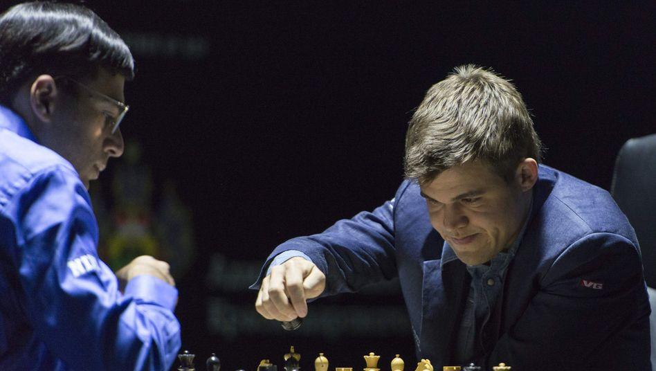 Schach-Weltmeister Carlsen (r.): Erster Sieg im zweiten Spiel