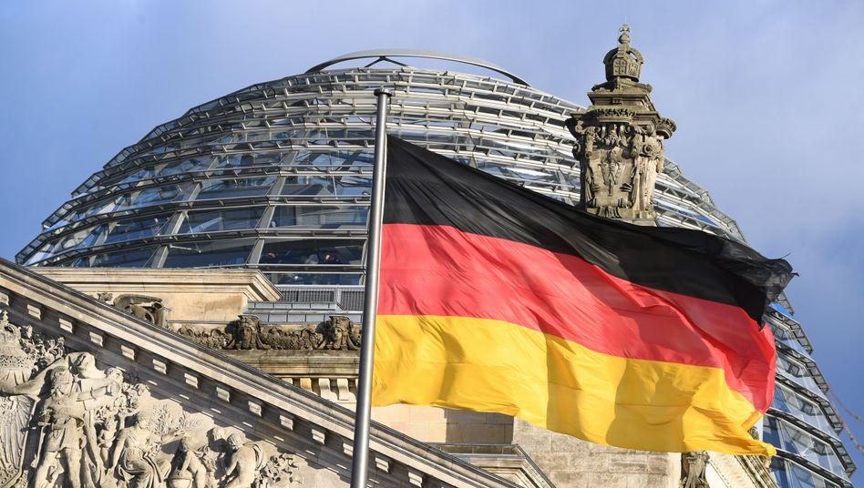 Flagge vor der Kuppel des Reichstages