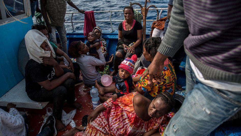 """Asylsuchende docken mit ihrem Boot an Rettungsschiff """"Open Arms"""" an (2019)"""