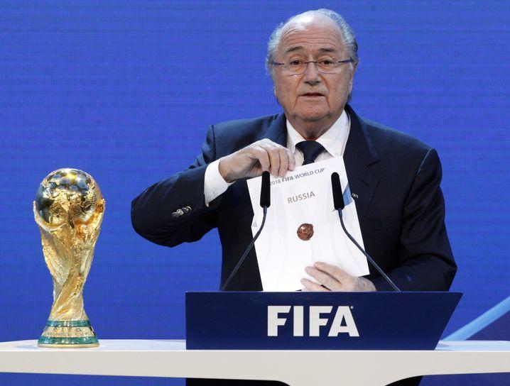 """""""Russia"""" - Blatter zieht den WM-Gastgeber 2018"""