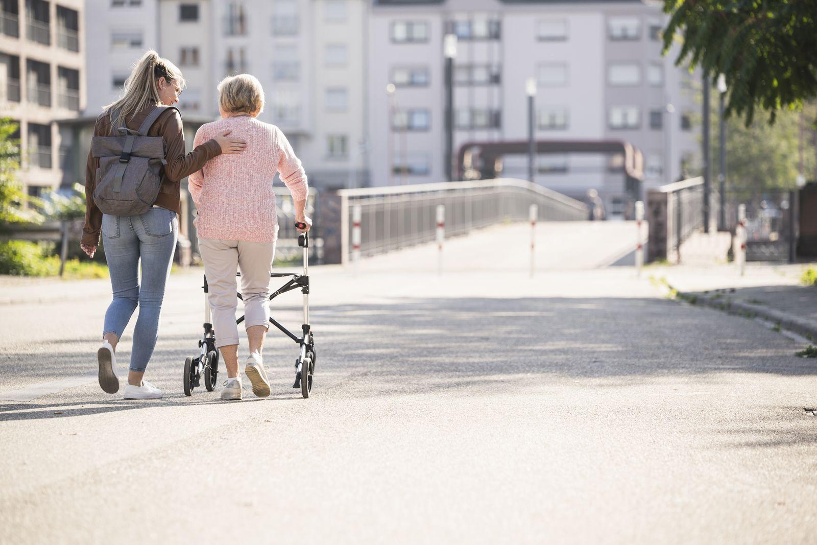 EINMALIGE VERWENDUNG Pflegekosten/ Generationen/ jung alt