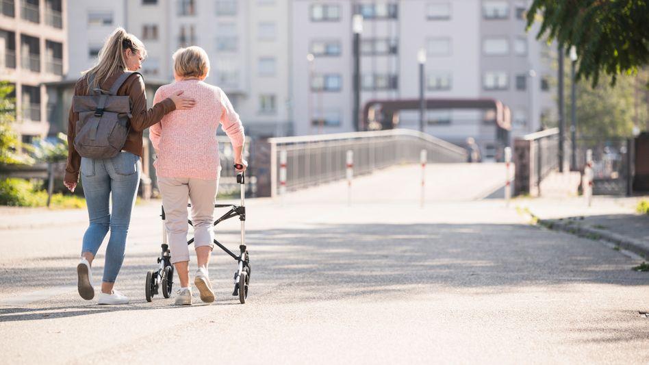 Kinder von pflegebedürftigen Eltern werden künftig erst ab einem Jahreseinkommen von 100.000 Euro zur Finanzierung herangezogen
