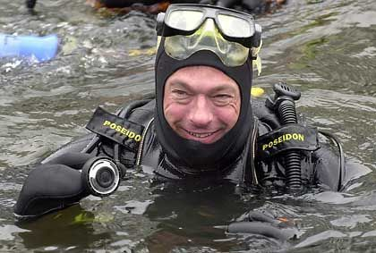 Abgetaucht: Hamburgs Ex-Innensenator Ronald Schill (beim Bad in der Alster im April 2003)