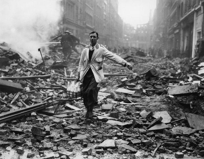 Milchmann in London nach einem Luftangriff im Zweiten Weltkrieg