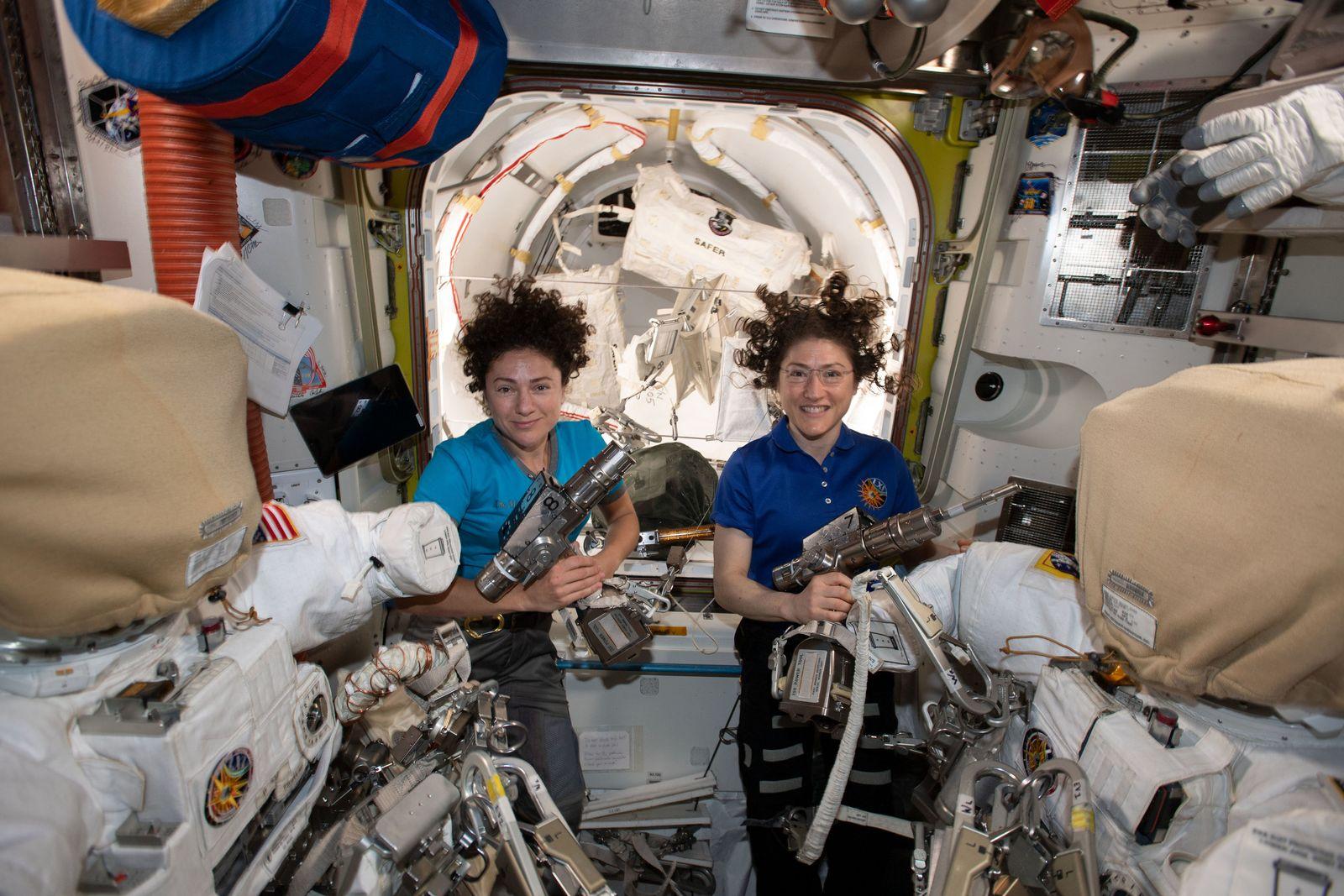 Außeneinsatz an der ISS - Astronautinnen-Duo