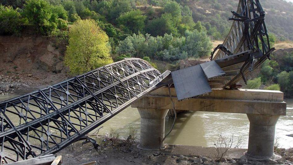 Zerstörte Brücke im Norden Iraks: Heftige Offensive gegen PKK-Rebellen