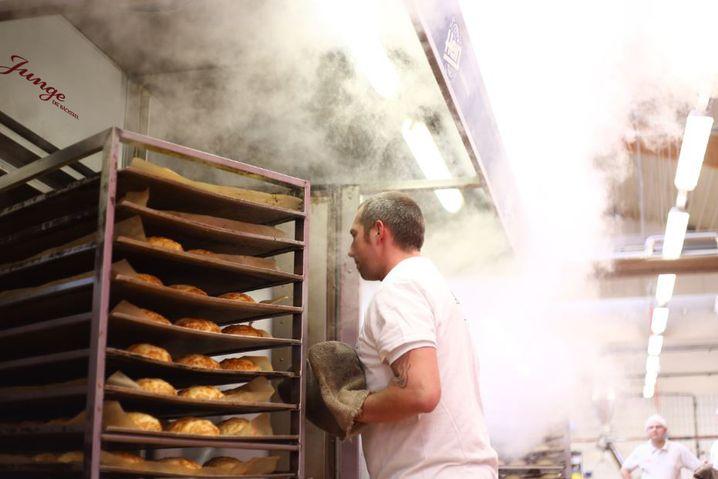 Brötchenbacken in der Großbäckerei Junge: Auch hier muss noch der Bäcker ran