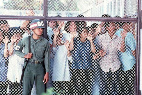 »Last Flight Out«: Regisseur Larry Elikann setzte der Rettungsaktion 1990 ein filmisches Denkmal (Szenenfoto)