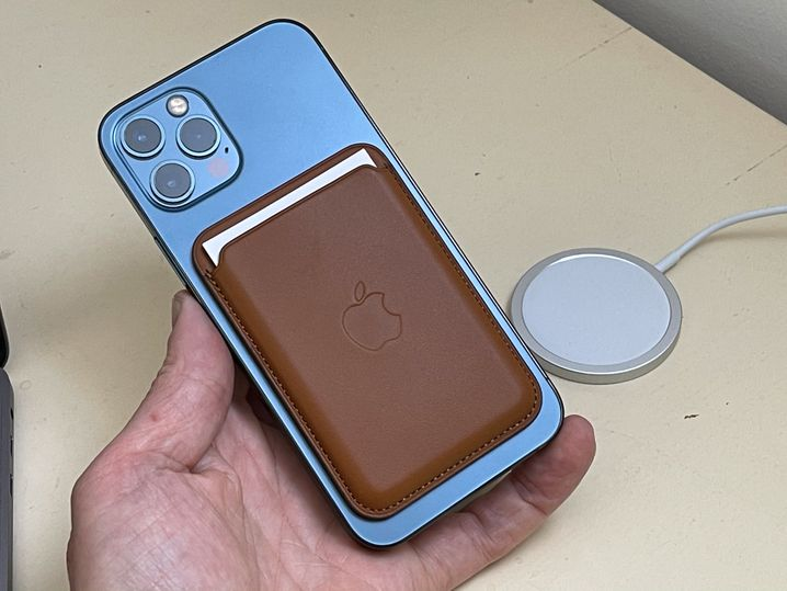 Für Apple der Beginn eines potenziell lukrativen Zubehörmarkts: iPhone 12 mit Magsafe-Wallet und auf dem Tisch das passende Magsafe-Ladegerät