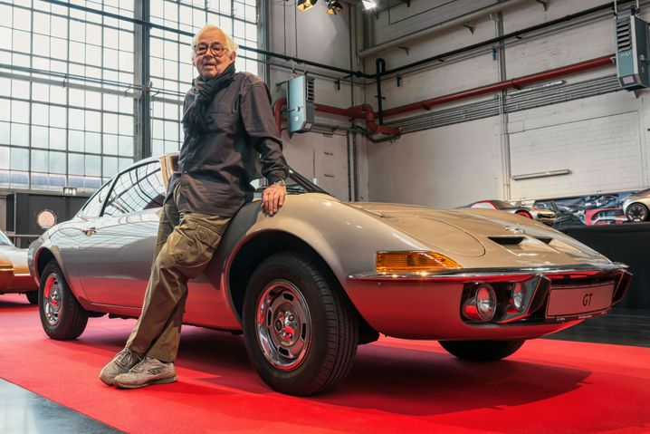 Erhard Schnell neben seiner bekanntesten Kreation, dem Opel GT