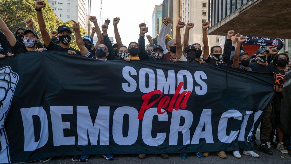 """Fans zweier Fußballklubs protestieren in São Paulo mit einem Banner: """"Wir sind für Demokratie"""""""