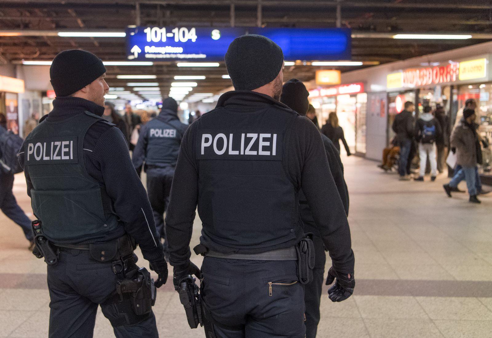 """Polizei in der """"B-Ebene"""" im Hauptbahnhof Frankfurt"""
