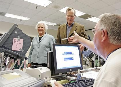 Barbara und George Bush, die Eltern des amtierenden Präsidenten, nach der Stimmabgabe