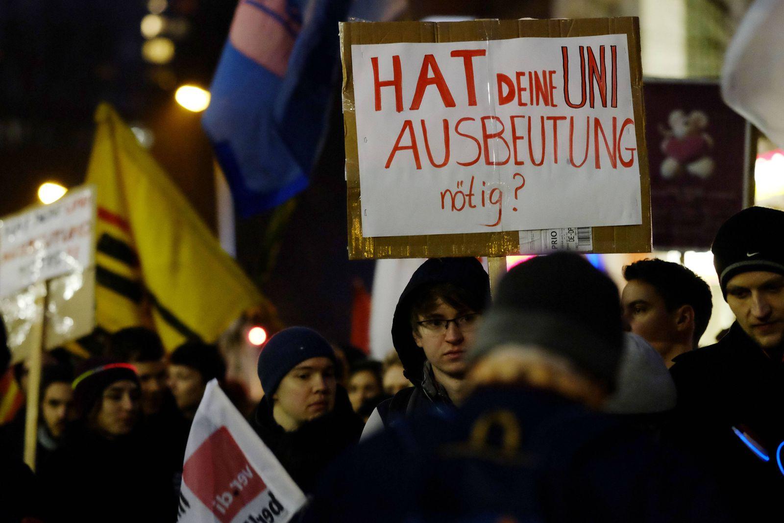 EINMALIGE VERWENDUNG Studentische Hilfkräfte der Universitäten demonstrieren in Berlin