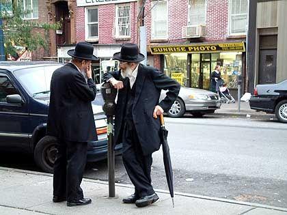 Als die ersten Juden nach Williamsburg zogen, war das Viertel ein Slum: Orthodoxe Juden an der Bedford Street