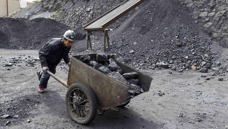 Arbeiter in einem Kohlebergwerk (Archivbild): Nachfrage stagniert, Wirtschaft kühlt ab