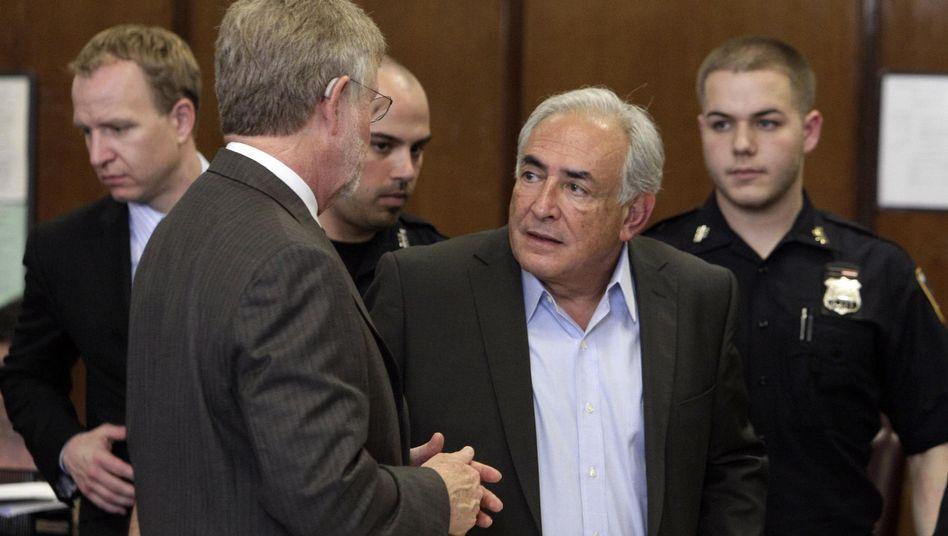 Strauss-Kahn (2. von rechts): Ex-IWF-Chef muss für Kosten der Überwachung selbst aufkommen