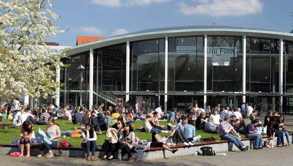 Studenten vor dem Audimax der Uni Hamburg
