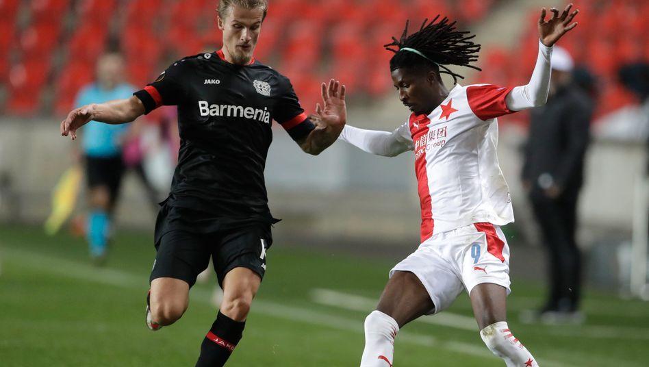 Slavias Peter Olayinka versetzt Leverkusens Tin Jedvaj, später erzielt er auch noch den Siegtreffer