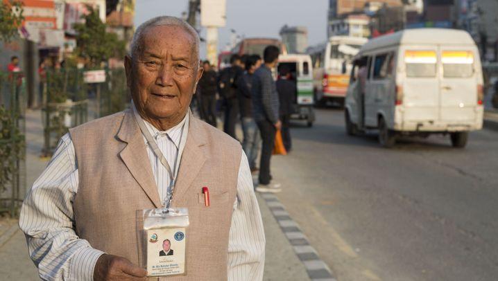 Mount Everest: Senioren mit Steigeisen und Sauerstoff