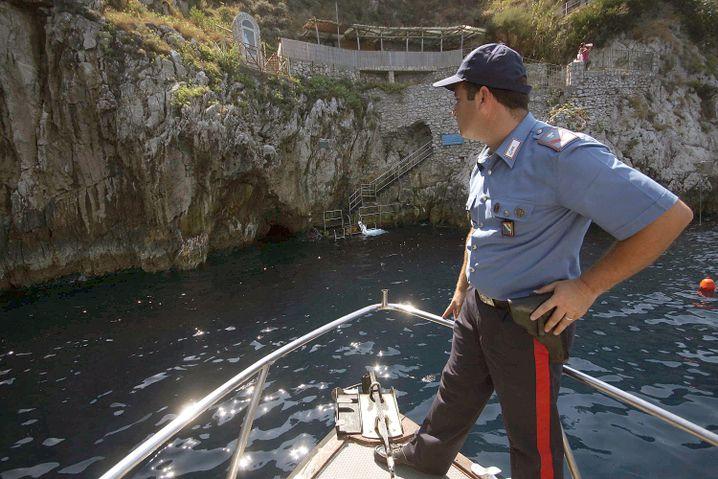 """Italienischer Polizist am Eingang zur """"Grotta Azzurra"""" auf Capri (Archivbild)"""