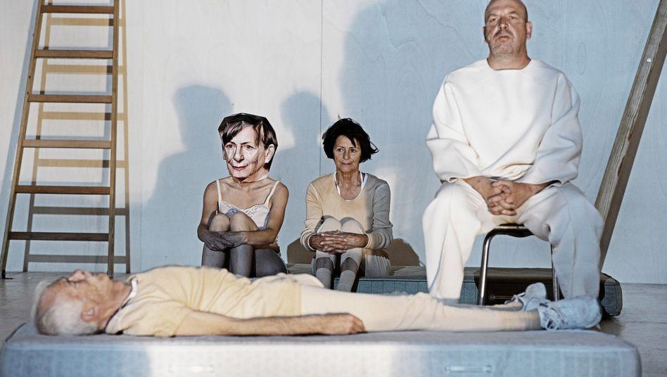 """Szenenbild aus der Luzerner Uraufführung von """"Geister sind auch nur Menschen"""""""