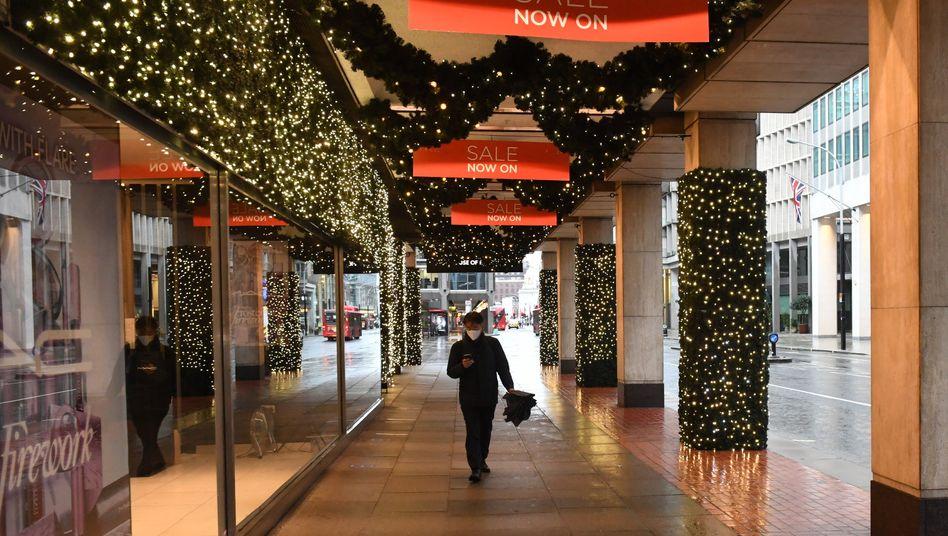 Ein Passant läuft in London durch die Victoria-Street