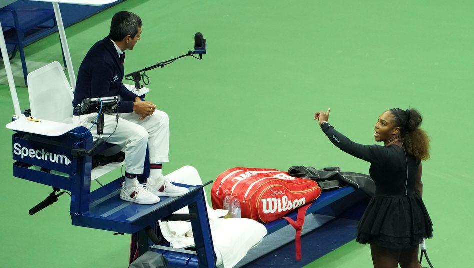 Serena Williams (r.), Schiedsrichter Carlos Ramos