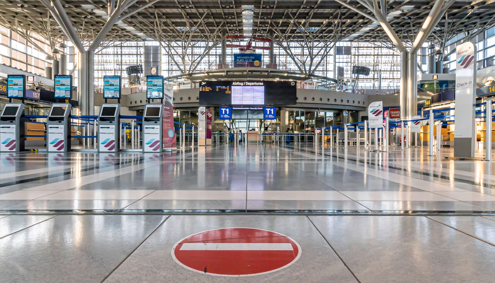 DEU, Deutschland, Baden-Württemberg, Stuttgart, 05.04.2020: Am Sonntag starteten die vorerst letzten Flugzeuge am Flugh