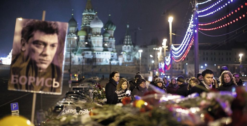 Trauernde am Tatort des Mordes an Nemzow in Moskau