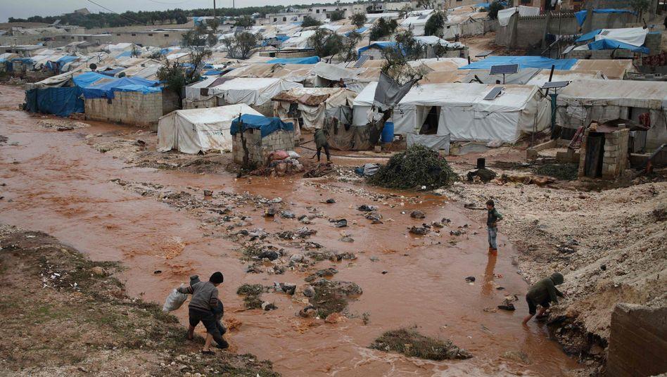 Vertriebene Syrer in einem Flüchtlingslager nahe Kah in der Provinz Idlib
