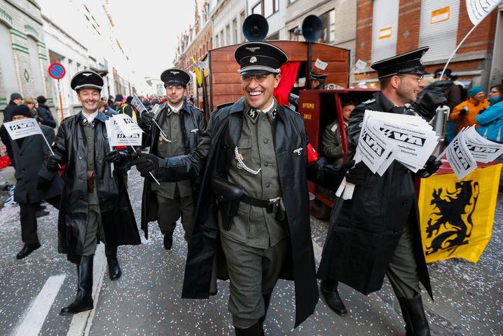 """Damals noch """"immaterielles Weltkulturerbe"""": Belgische Karnevalisten in Aalst als SS-Leute"""