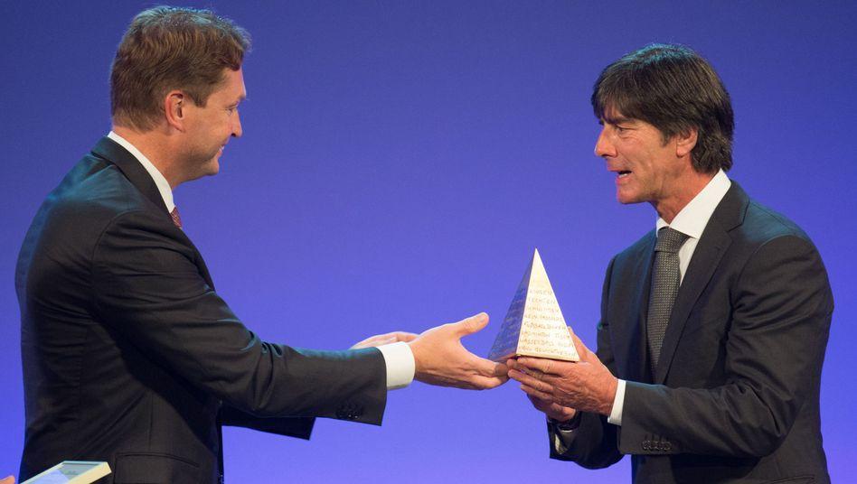 Preisträger: Joachim Löw (r.) erhält die Sportpyramide