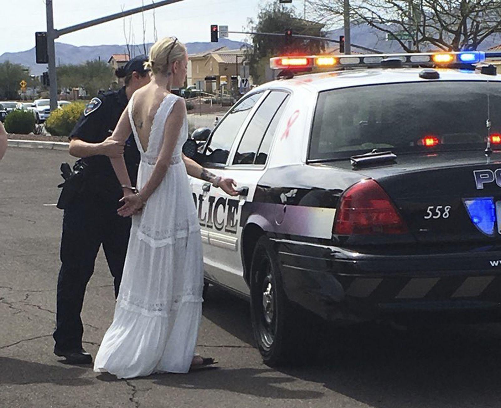Frau im Hochzeitskleid verhaftet