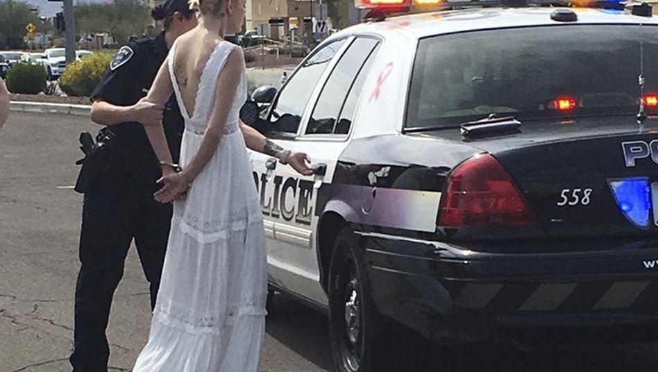 Braut in Handschellen