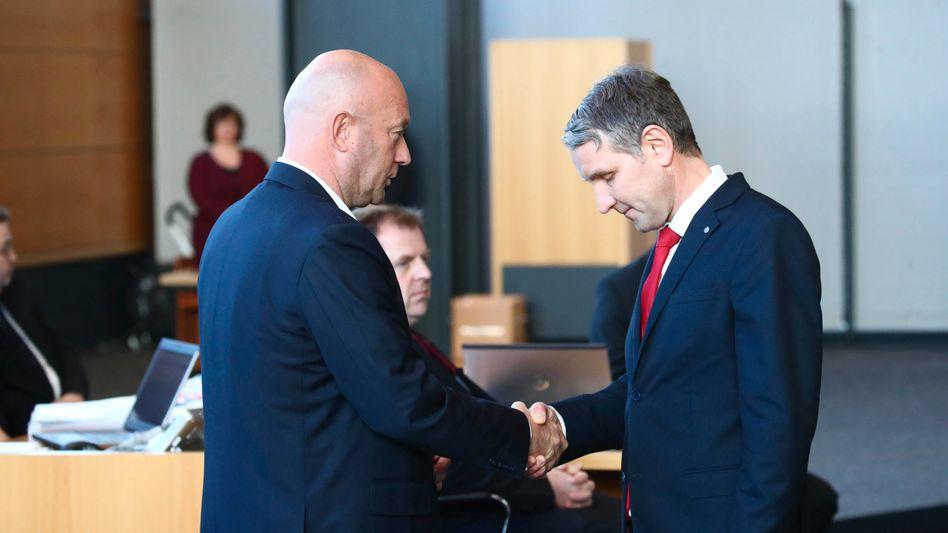 Handschlag zwischen dem frisch gewählten FDP-Ministerpräsidenten Kemmerich und AfD-Fraktionschef Höcke im Februar 2020