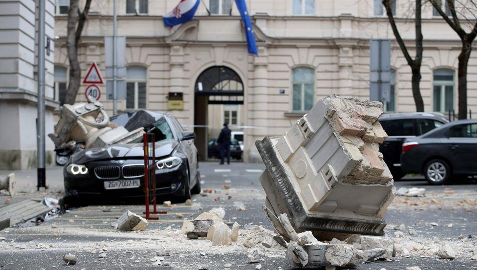 Beschädigte Gebäude und Autos in Zagreb