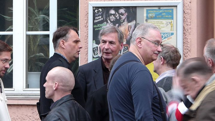 NPD-Funktionär Meenen (l. dunkles Haar), daneben in der Mitte Roland Wuttke in Berlin-Lichtenrade vor der Kneipe