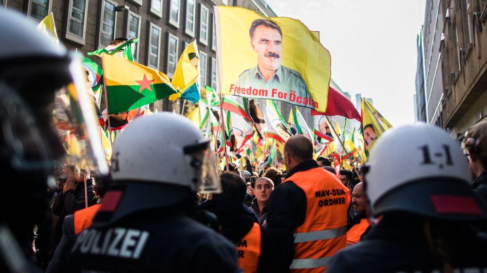 Kurden-Demonstration mit verbotenen Fahnen