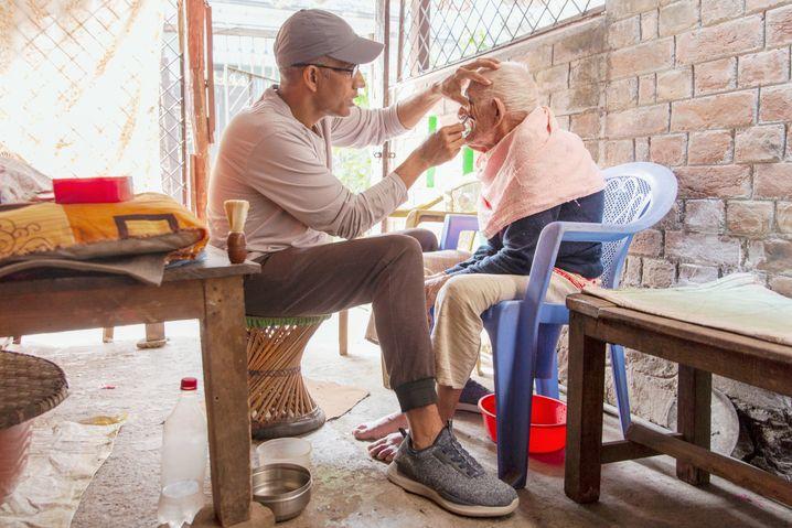 Wie findet man sich wieder in die Gesellschaft ein, die man kaum noch kennt? Dahal hilft regelmäßig einem 100 Jahre alten Mann in der Nachbarschaft