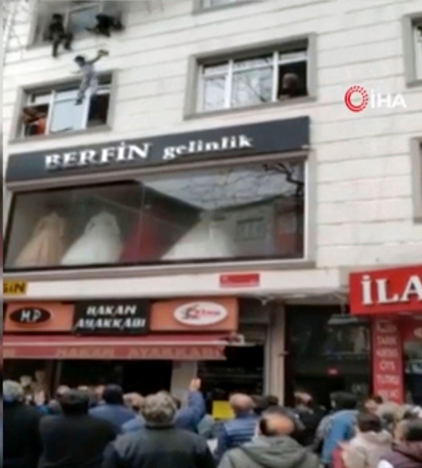 Frau wirft Kinder aus brennendem Haus in Istanbul